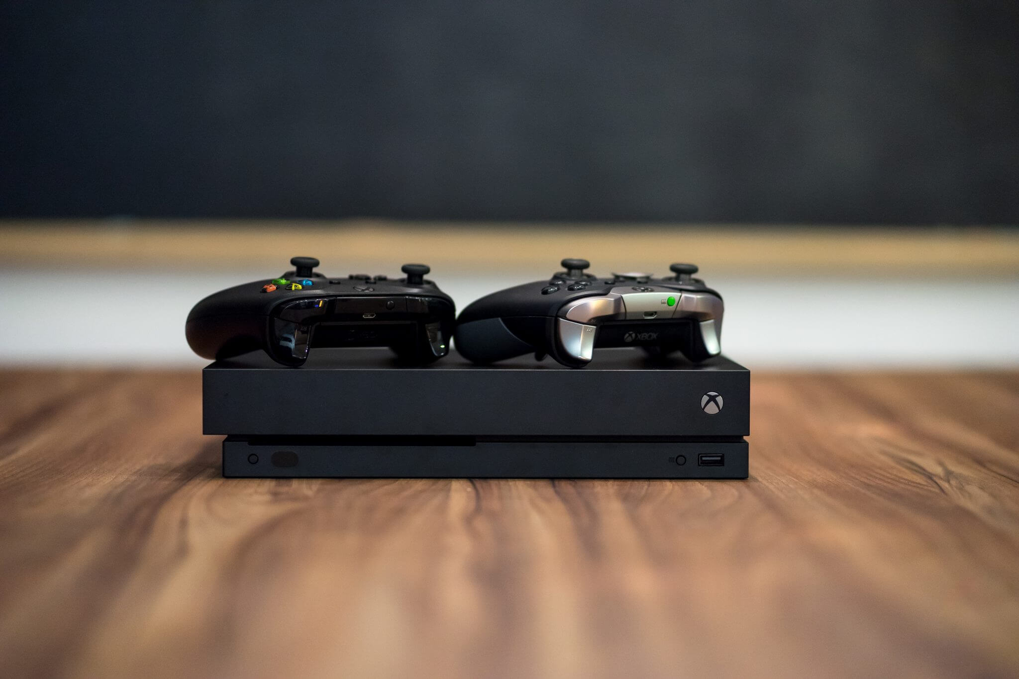 Xbox One X: Both controllers